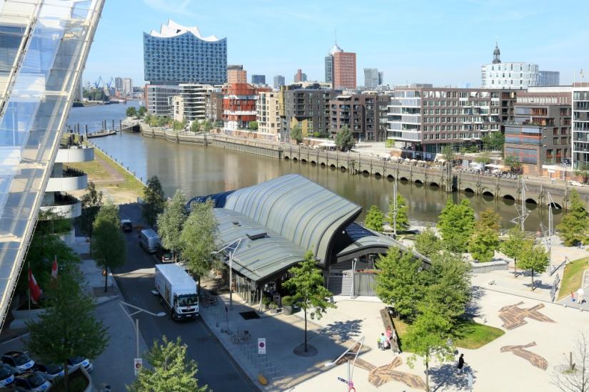 Was Möwen-Schwingen und ein  Restaurant-Dach gemeinsamhaben